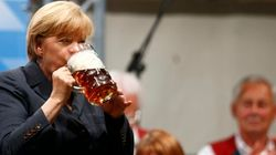 Merkel visita un campo de concentración y acto seguido una fiesta de la