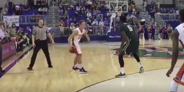 La impresionante primera canasta de este jugador de baloncesto sin