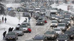 Miles de vehículos, atrapados en los Alpes franceses por la nieve y el