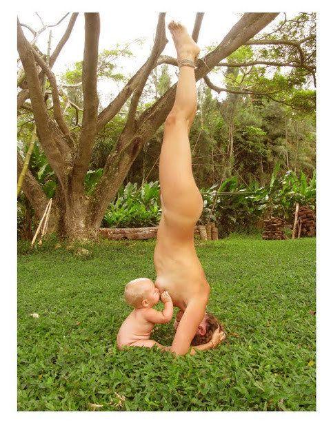La madre que amamantó a su bebé haciendo yoga dice que la imagen no es un montaje