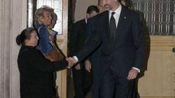 El príncipe Felipe da la mano a una mujer que en realidad pedía