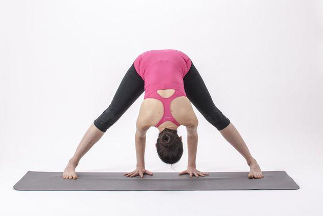 3 posturas de yoga que alivian el dolor de