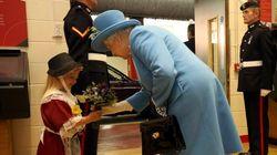 Esta niña llevó flores a la reina de Inglaterra y