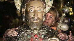 Merkel se une a la lista de políticos que abrazan al apóstol Santiago