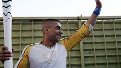 Un refugiado sirio porta la antorcha olímpica en