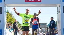 Bate el récord del mundo de maratón... pero un espontáneo cruza antes la meta