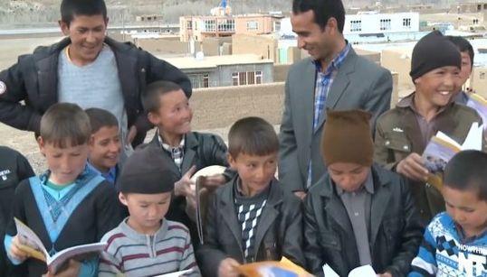Un profesor afgano promueve la lectura con su 'bibliobici'