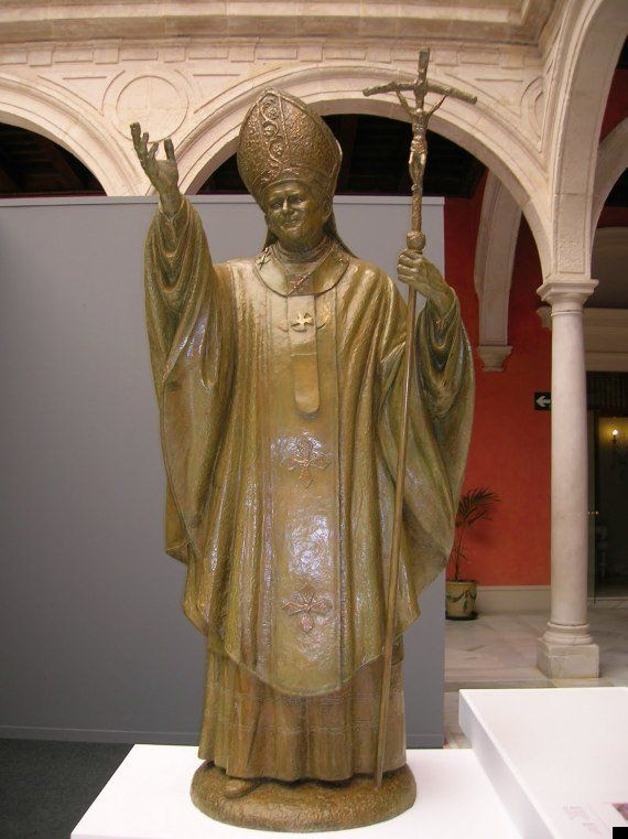 El alcalde de Sevilla inaugura una estatua de más de 4 metros al papa Juan Pablo