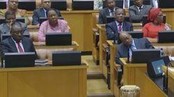 El presidente de Sudáfrica 'cae redondo' en el
