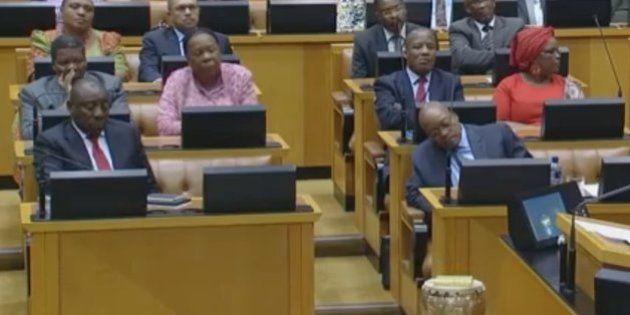 El presidente de Sudáfrica se duerme durante el discurso de uno de sus