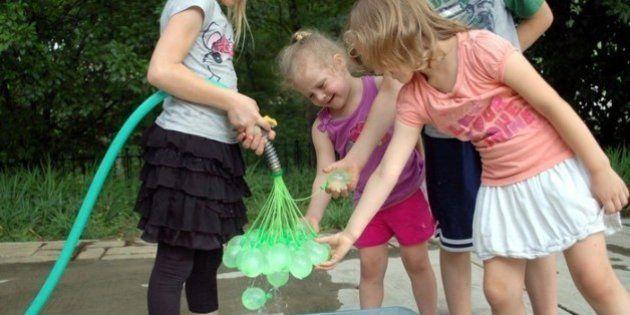 Cómo llenar cien globos de agua en un minuto (VÍDEO,