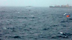 Un barco con cientos de migrantes a bordo envía una llamada de auxilio en