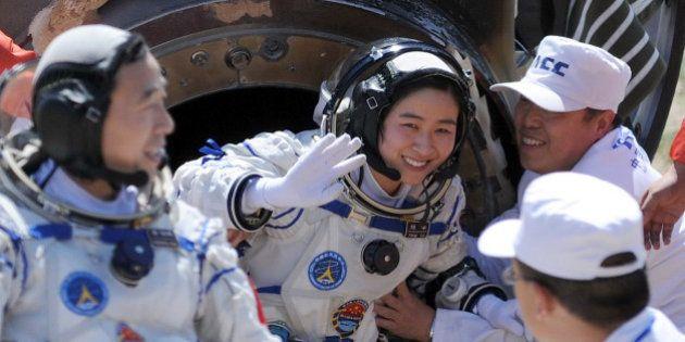 Para las astronautas, tener la regla en el espacio es un (enorme)