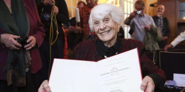 Una mujer de 102 años recibe el doctorado que le negaron los