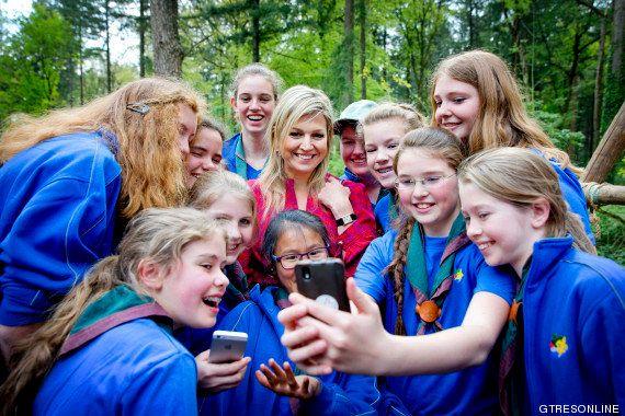 Duelo de reinas: el selfie de Letizia vs el Photobomb de Isabel II (FOTOS,