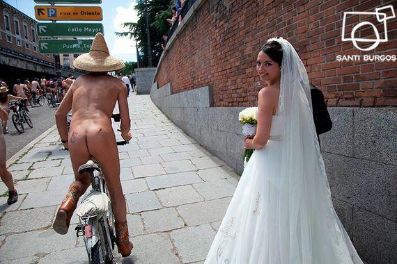 Ciclonudista y boda en