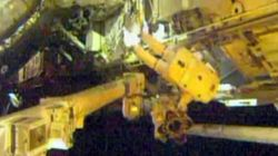 Dos astronautas salen de la estación espacial para reparar una