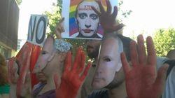 Decenas de personas protestan contra la homofobia frente a la embajada
