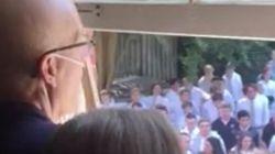 El homenaje más emotivo de 400 alumnos a su profesor enfermo de