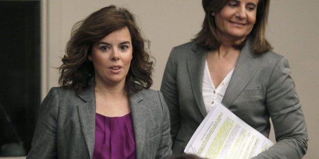 La ministra de Empleo, Fátima Báñez, ve noticias