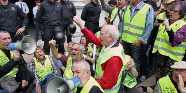 'Yayoflautas' el 27O: forcejeo entre los jubilados indignados y los Mossos ante la Generalitat de