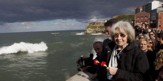 Las cenizas de Santiago Carrillo son arrojadas al mar en un homenaje en Gijón