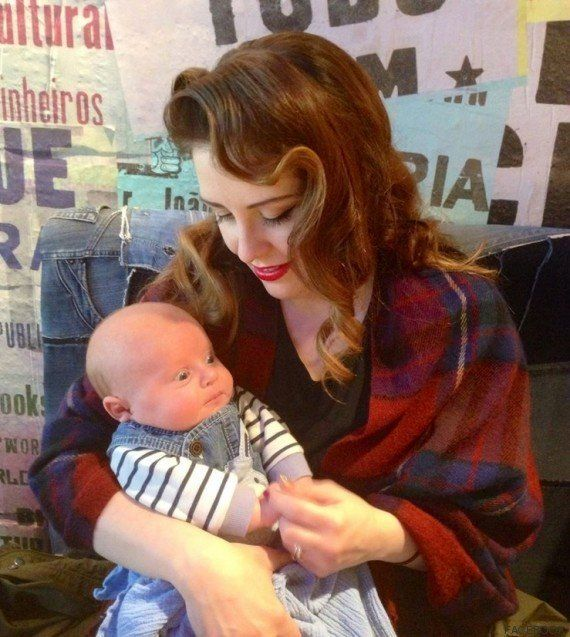 Una madre primeriza tizna la cara de su bebé de autobronceador al