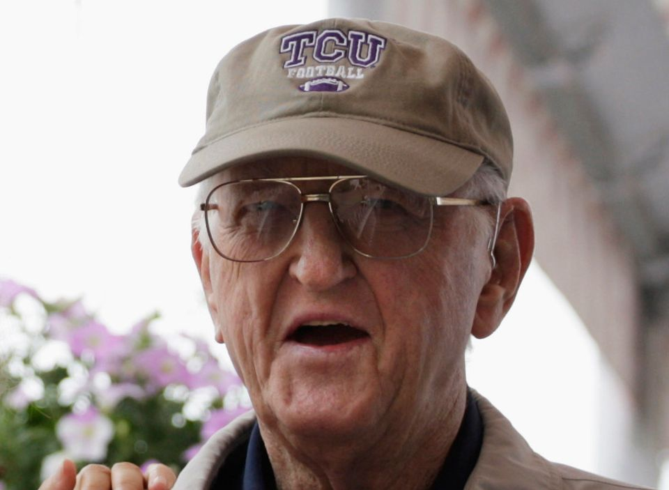 Dan Jenkins, 89, the sports writing great and best-selling author in a career that went from Ben Hogan to Tiger Woods and the