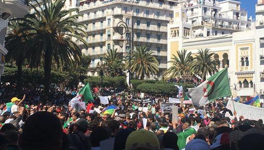 """Des centaines de milliers d'Algériens sortent contre le """"4.5e mandat"""" à"""