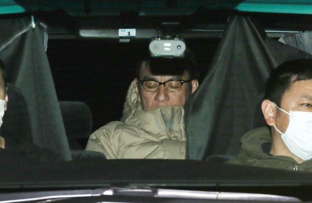コカインを使用したとして麻薬取締法違反容疑で逮捕され、移送されるピエール瀧容疑者=3月13日、東京都千代田区