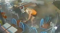 Se salvan de ser arrollados por un coche que irrumpió en un restaurante