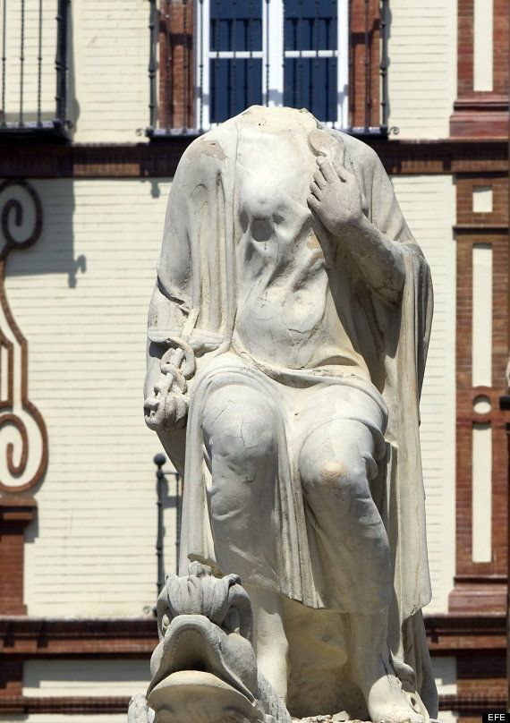 Una estatua decapitada en Sevilla, primera víctima de las celebraciones por la Eurocopa (FOTOS Y