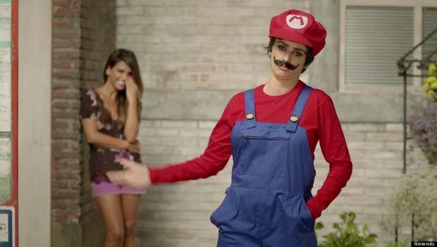 ¿Penélope Cruz? ¿Súper Mario? La actriz se pone bigote en un anuncio de Nintendo (VÍDEO,