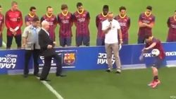¡Ouch!: Simon Peres da un balonazo a Messi