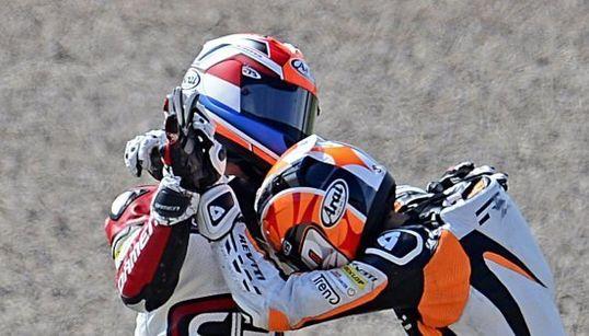 Es lo que parece: dos pilotos de Moto3, a puñetazo limpio