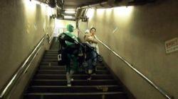 El Power Ranger verde de Tokio y otras cosas raras que pasan en el metro