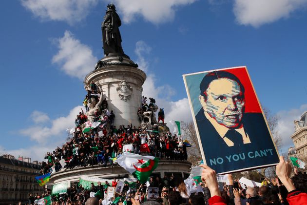 Un portrait du président algérien Abdelaziz Bouteflika brandi lors d'une manifestation...