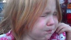 Una niña de 4 años llora harta de