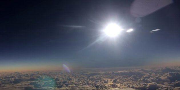 Pasajeros de un avión graban en vídeo el eclipse total de Sol