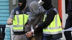 La Policía investiga un vídeo con dos encapuchados ante una foto de la Puerta del