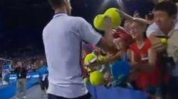 Djokovic casi se lesiona firmando autógrafos