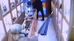 Una señora ahuyenta al atracador de su joyería a paraguazos