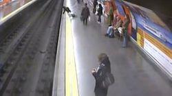 Una mujer rescatada cuando iba a ser arrollada por el metro