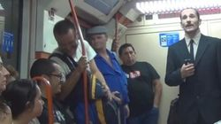 Un banquero pidiendo en el metro
