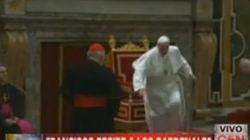 VÍDEO: Primer tropezón del papa