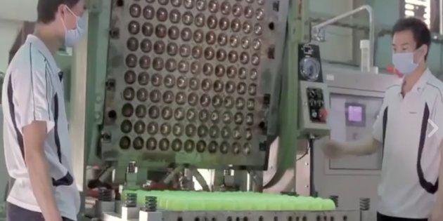 Dos operarios durante el proceso de fabricación de una pelota de