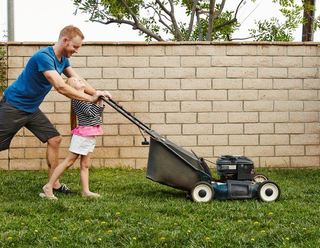 """Os """"pais cortadores de grama"""" estão ficando famosos: eles tentam remover todos os..."""