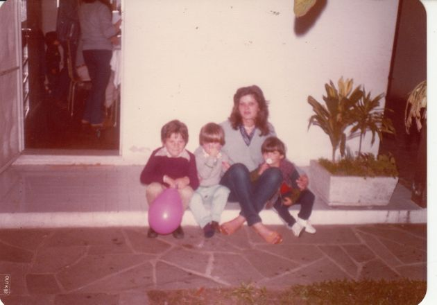 Isabel Burlan da Silva com três de seus cinco