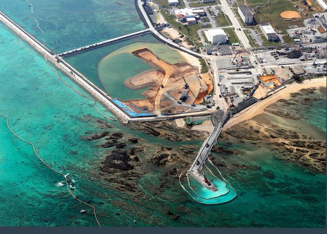 辺野古沿岸では、新たな護岸工事が進められ、土砂が投入された区域には重機も運びこまれていた=2019年3月12日午後、沖縄県名護市、朝日新聞社機から、堀英治撮影