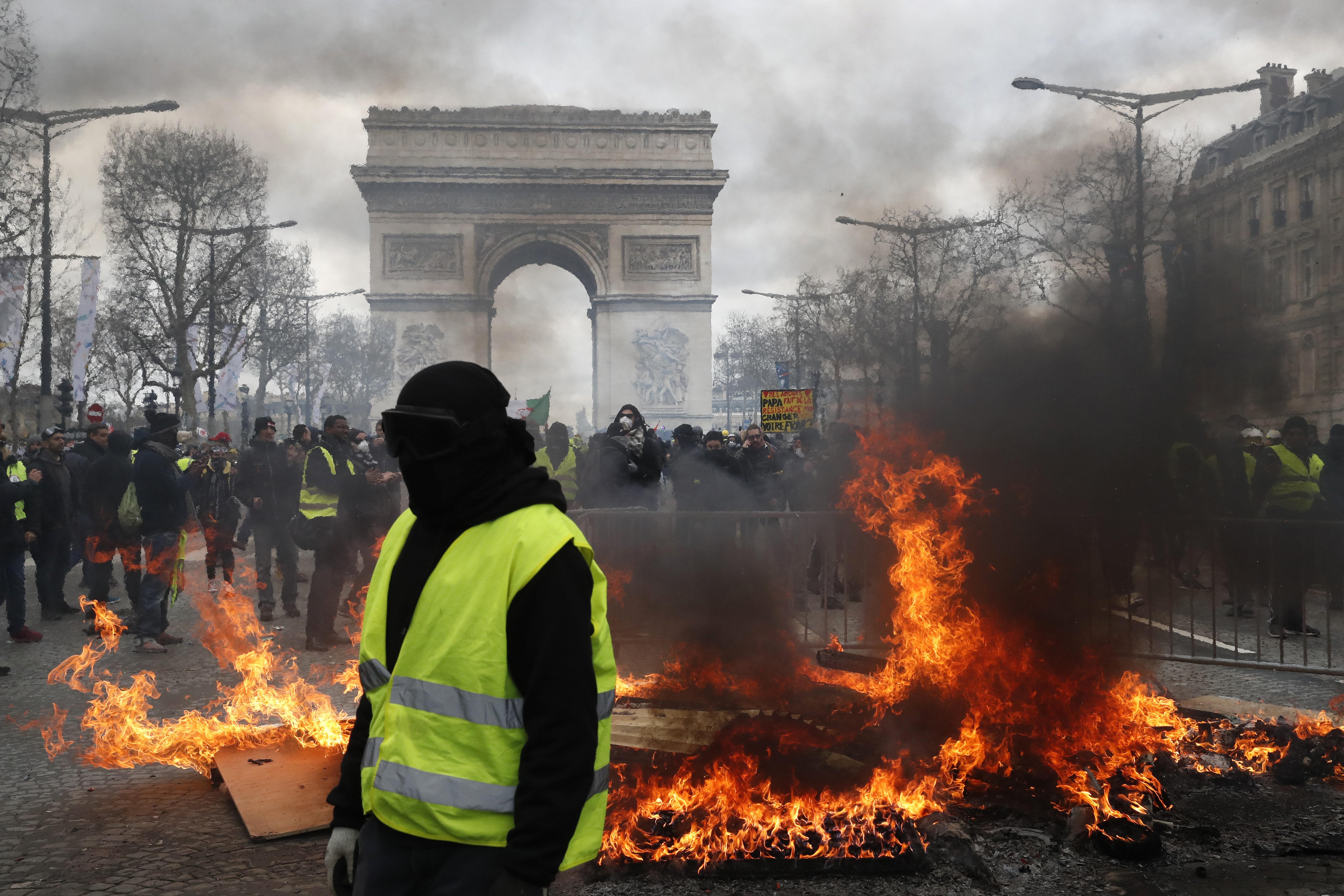 Protestos de coletes amarelos são marcados por tumultos em